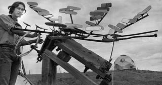 Door achteruitkijkspiegels slim te arrangeren krijg je warmte gecreëerd door zonne-energie, waar bijvoorbeeld mee gekookt kan worden. 6 augustus 1967 Foto: Dave Mathias / The Denver Post via Getty Images