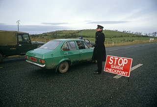 Grenscontrole tussen Ierland en Noord-Ierland ten tijde van The Troubles in 1985. Foto: Alain Le Garsmeur / Getty