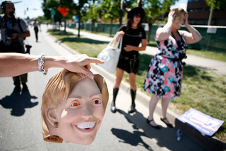 Een demonstrant houdt een Hillary Clintonmasker vast tijdens een rally in Denver op 26 augustus, 2008. Foto: Damon Winter / The New York Times