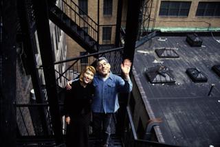 Mensen met een Hillary en Bill Clintonmasker op een brandtrap in New York in 1997. Foto: Magnum Photos / Hollandse Hoogte