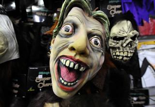 Een Halloweenmasker van het hoofd van Hillary Clinton in een winkel in Maryland op 8 oktober, 2010. Foto: Jewel Samad / AFP
