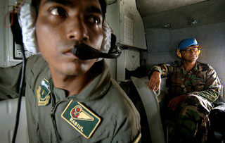 Patrick Cammaert zit in een helikopter met een crew uit Bangladesh in 2005. Foto: Panos Pictures