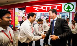 Premier Mark Rutte tijdens een rondleiding door een SPAR supermarkt in New Delhi op de eerste dag van een tweedaags bezoek aan India. Remko de Waal / ANP