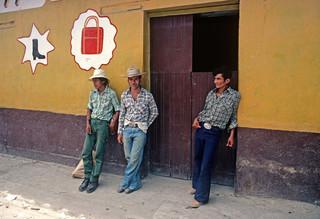 Mensen wachten op vervoer in het landelijke Honduras van de jaren 80. Foto: Alain Le Garsmeur / Getty Images