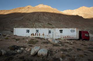 Een vrachtwagen op weg naar Murgab over de M41 in Tadzjikistan. Foto: Myrto Papadopoulos / Redux