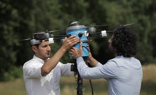 De broers Massoud en Mahmud Hassani met de Mine Kafon Drone.