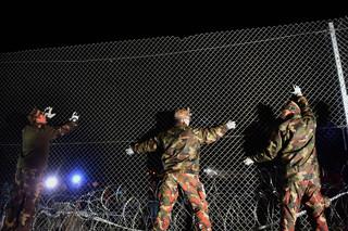 16 oktober 2015: Militairen sluiten de grens tussen Hongarije en Kroatië. Foto: Attila Kisbenedeka / AFP