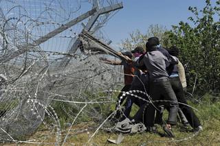 16 april 2016: Vluchtelingen proberen het hek te verwoesten op de grens tussen Griekenland en Macedonië. Foto's: Alexander Avramidis / Reuters