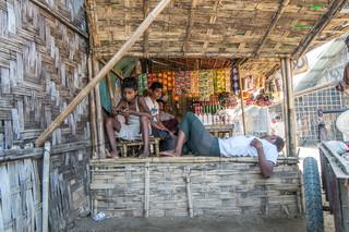 Door de hitte is er weinig activiteit in Darpaing. Ook dat maakt het lastig om effectief te werken in de korte tijd die we hebben. Foto: Andreas Stahl
