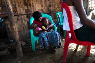 ... terwijl hun zus zorg draagt voor een kind in een andere kamer. Foto: Andreas Stahl