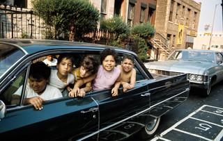 Kinderen in een auto in Harlem, juli 1970. New York City. Foto: Jack Garofalo / Paris Match via Getty Images