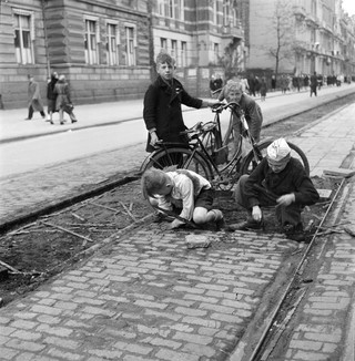 Children collect wood from tram rail ties, to use as fuel during the Hunger Winter in Amsterdam (1944-1945). Photo by Cas Oorthuys/Hollandse Hoogte