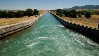 Irrigatiekanaal voor landbouw in de omgeving van Lamia in Griekenland op 10 juli, 2007. Foto:  Michiel Wijnbergh / Hollandse Hoogte