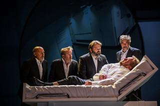 De theatervoorstelling 'Slikken en stikken' van het toneelgezelschap De Verleiders. Foto's: Raymond van Olphen