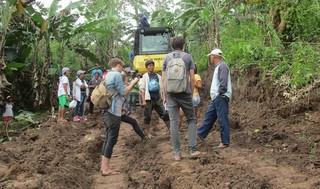 Tijdens ons bezoek werd een stuk inheems land in opdracht van de lokale autoriteiten ontgonnen zonder toestemming van de eigenaresse. Jimmy Saipan snelde erheen om de daders te stoppen. Hij staat in het midden van deze foto