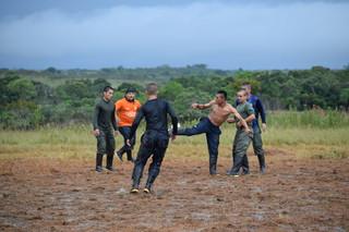 FARC-rebellen voetballen tijdens de conferentie. Foto: Bart Crezee