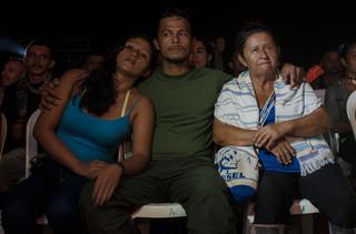 FARC-leden kijken toe bij een muziekprogramma tijdens de conferentie. Foto: Andres Felipe Restrepo