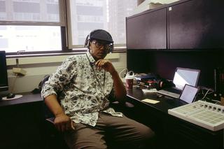 Anthony aan zijn bureau in het Schomburg Center in Harlem. Foto: Horatio Baltz (voor De Correspondent)