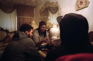 Anthony legt uit hoe zijn muziekapparatuur werkt. Foto: Horatio Baltz (voor De Correspondent)
