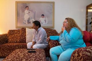 Yraida Guanipa kijkt op televisie naar berichtgeving over de presidentsverkiezing. Foto: Eline van Nes