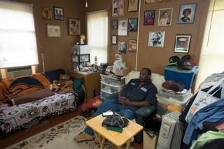 Bruce Adams kijkt televisie in zijn woonkamer in Dothan, Alabama. Foto: Eline van Nes