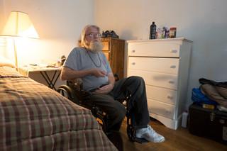 Ex-gedetineerde Mr. Green kijkt naar politiek op televisie. Foto: Eline van Nes