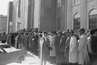 Mensen in de rij voor het Dallas County Courthouse in Selma, ze willen zich inschrijven om te kunnen stemmen, 1965. Foto: Getty