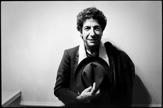 Leonard Cohen in het Concertgebouw in Amsterdam, 1980. Foto: Kees Tabak / Hollands Hoogte