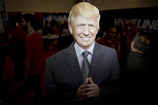 Een uit karton gesneden Donald Trump tijdens een conferentie in Maryland op 3 maart, 2016. Foto: Andrew Harrer / Bloomberg via Getty Images