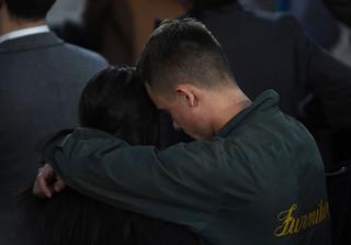 Mensen troosten elkaar na de presidentsverkiezingen van 2016 in Amerika. Foto: Jewel Samad / AFP