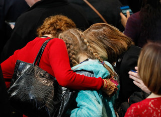 Mensen troosten elkaar na de presidentsverkiezingen van 2016 in Amerika. Foto: Shannon Stapleton / Reuters