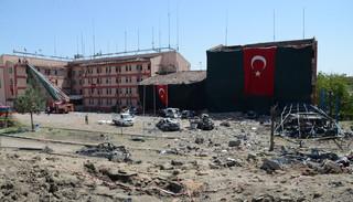 De plek waar een autobom is afgegaan in Elazig op 18 augustus, 2016. De bom zou voor het politiestation zijn geplaatst door de PKK. Foto: Ilyas Akengin / AFP