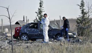 Agenten inspecteren een auto nadat twee terroristen zich hierin hebben opgeblazen op 8 oktober, 2016. Er wordt gedacht dat het duo banden had met de PKK. Foto: Emre Senoglu / Anadolu