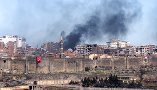Er is rook te zien na gevechten tussen Turkse soldaten en PKK-strijders in Diyarbakir op 27 januari, 2016. Foto: Ilyas Akengin / AFP