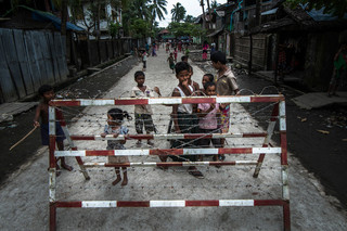 Bij het hek van de wijk Aung Mingalar in de West-Birmese stad Sittwe. Foto: Andreas Stahl