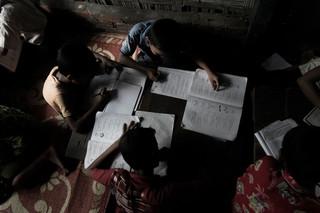 De kinderen die in Aung Mingalar wonen hebben beperkte mogelijkheden om onderwijs te kunnen volgen. Foto: Andreas Stahl