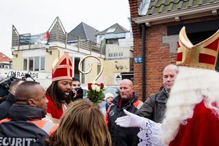 Ontmoeting tussen de Zwarte Sinterklaas Patrick Mathurin en Sinterklaas tijdens de landelijke intocht in Maassluis. Foto's: Peter de Krom