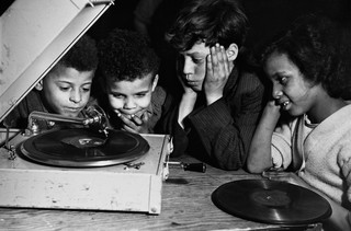 Kinderen luisteren naar muziek in Cardiff. Foto: Hulton-Deutsch Collection / Corbis via Getty Images