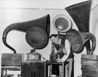 Charles Aldous of Eastbourne met een deel van zijn verzameling platenspelers in 1972. Foto: Hulton Archive / Getty Images