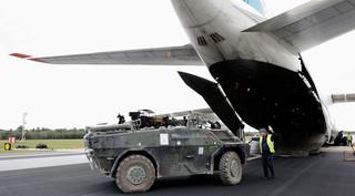 Op 17 september 2010 arriveerde op Hoogerheide een vrachtvliegtuig met materiaal uit Uruzgan. Foto: Lex van Lieshout / ANP