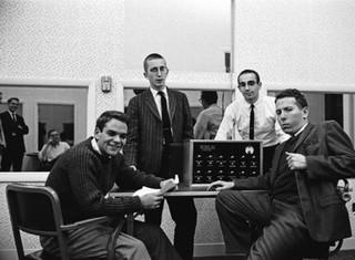 Milgram en zijn studenten bij de schokmachine in 1961. Foto: Yale University.