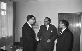 Georg Ferdinand Duckwitz (in het midden) met twee Amerikaanse rabbijnen in Bonn, 1960. Foto: Patzek/Bundesarchiv.