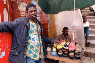 Malinese schoenmakers uit Timboektoe op de markt in Algiers