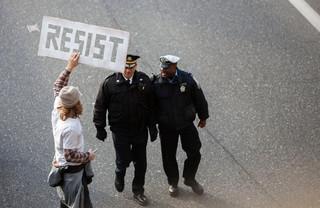 Een man protesteert tegen het inreisverbod van Trump op het vliegveld van Philadelphia op 29 januari 2017. Foto: Jessica Kourkounis / Getty Images