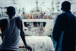 Twee schepen verlaten gelijktijdig de haven. Foto: Liu Yuyang / Greenpeace