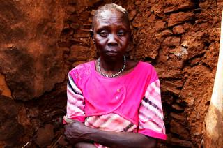 De stiefmoeder van de zesjarige Nasreen Khaleed, die een dag eerder omkwam bij een luchtaanval door het Soedanese leger op het dorpje Kauda. (Mei 2013). Foto's: Andreas Stahl