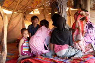 In gesprek met Malinese Toearegvluchtelingen in Mbera, Mauritanië. (November 2013).