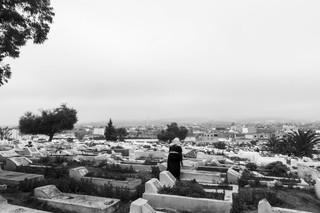 Een vrouw maakt graven schoon op een begraafplaats in Douar Hicher, Tunis. Foto: Sebastian Liste / NOOR voor The New Yorker