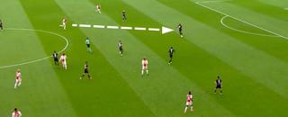 Ziyech trekt een sprint naar de centrale verdediger.