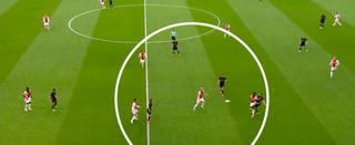 Veel spelers van Ajax staan in de buurt van de bal, wat de kans op balverovering vergroot.